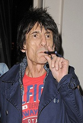 Ronnie Wood vaping
